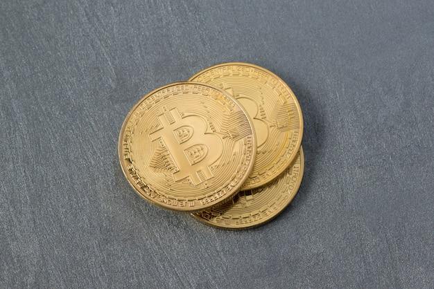 Diversi bitcoin su una superficie intonacata, vista dall'alto. moneta elettronica