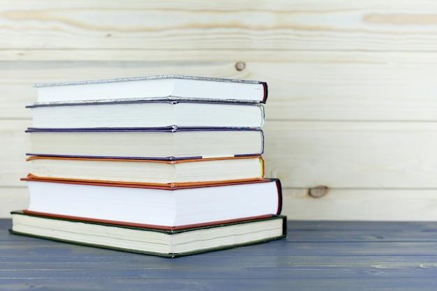 Diversi libri su un tavolo di legno.