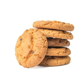 Diversi biscotti con cioccolato e farina d'avena isolati su una superficie bianca