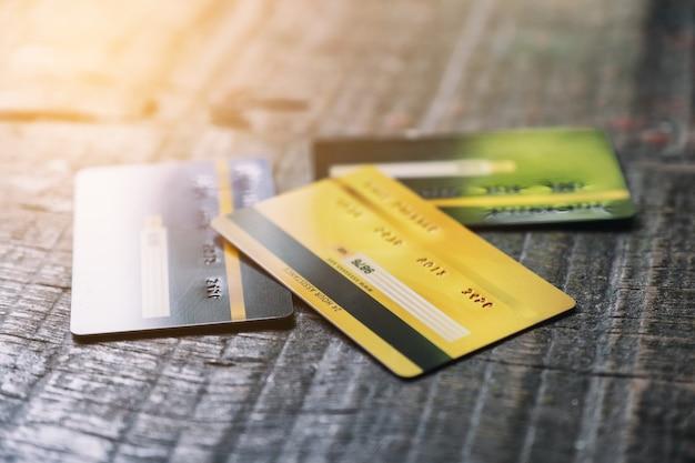 Diverse carte di credito sul tavolo di legno