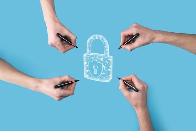 Diverse, quattro mani disegnano l'icona di un lucchetto con un pennarello. rete di tecnologia internet protezione delle informazioni personali dei dati sul tablet. concetto di privacy di protezione dei dati. gdpr. unione europea.