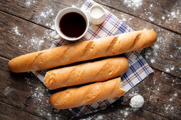 Diverse baguette francesi con caffè e latte