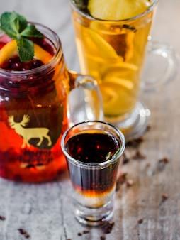 Diversi bicchieri di bevande diverse su sfondo luminoso