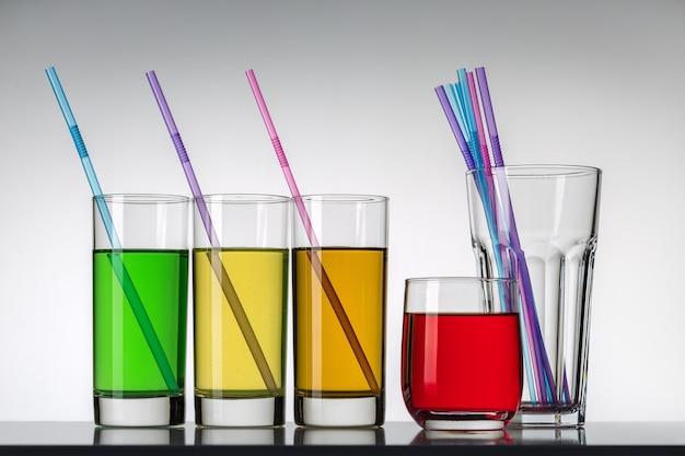 Diversi bicchieri di bevande diverse. studio girato.