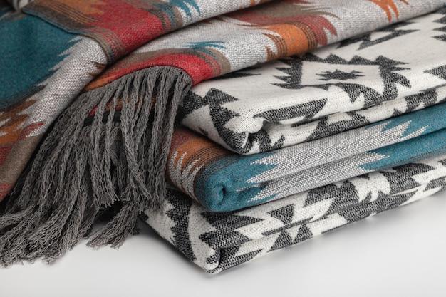 Diverse lussuose coperte fatte di fiori multicolori di lana elegante sfondo tessile in stile pendelton