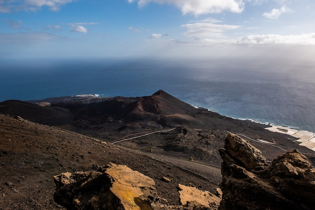 Diverse bocche di vulcani e lava antica nel parco naturale cumbre vieja isole canarie spagna