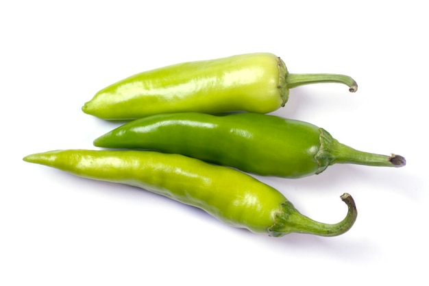 Diversi multi-colore hot chili peppers isolati su sfondo bianco.
