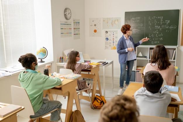 Diversi scolari multirazziali che ascoltano il loro insegnante
