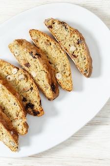 Parecchi pezzi di biscotti italiani di biscotti sulla zolla