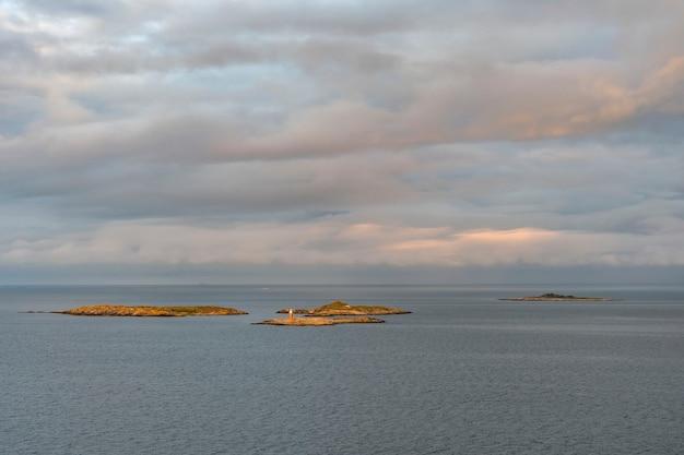 Diverse piccole isole al largo della costa svedese nel mar baltico