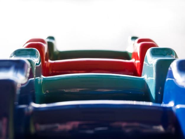 Diversi manubri sportivi di diversi colori in palestra.