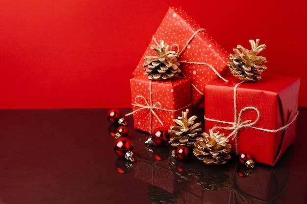 Diversi regali di natale impilati in involucro festivo