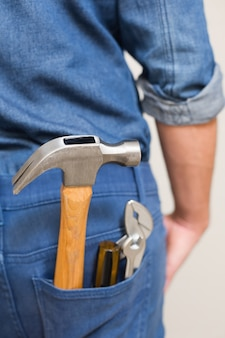 Diversi strumenti nella tasca posteriore in denim di un uomo