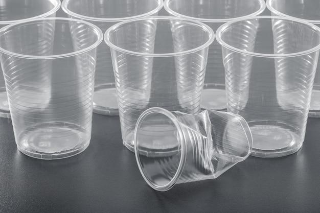 Diversi bicchieri di plastica trasparenti nuovi e usati