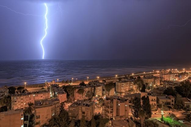Forti temporali e fulmini in mare ad haifa a gennaio