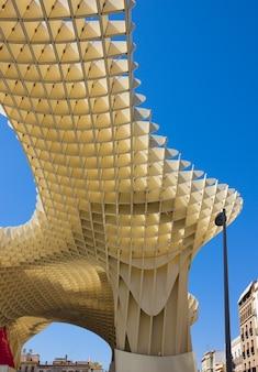 Siviglia, spagna - 14 settembre: metropol parasol in plaza de la encarnacion il 14 settembre 2011 a sevilla, spagna. j. mayer h. architects, è realizzato in legno incollato con rivestimento in poliuretano.