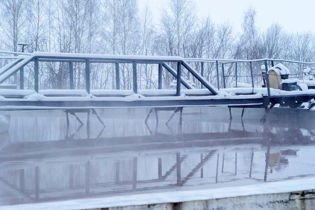 Impianto di depurazione in inverno, vasche di decantazione primarie ghiacciate