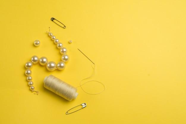 Accessori per cucire su uno sfondo bianco. set di forniture per cucire.