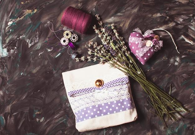Kit da cucito - puntaspilli con aghi, filo e bustina di lavanda