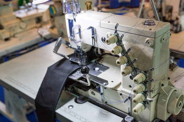 Macchina da cucire e stoffa, nessuno, fabbrica di abbigliamento. produzione di tessuti, cucitura, tecnologia del ricamo