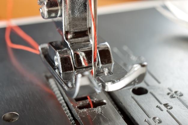 Piedino e ago per macchina da cucire con macro filo rosso