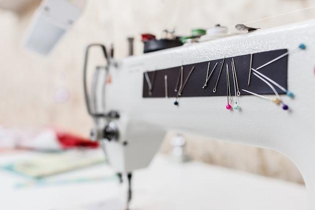 Macchina da cucire su misura indumento attrezzature vestiti sarta concetto di officina