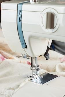 Parte di lavoro della macchina da cucire con panno colorato