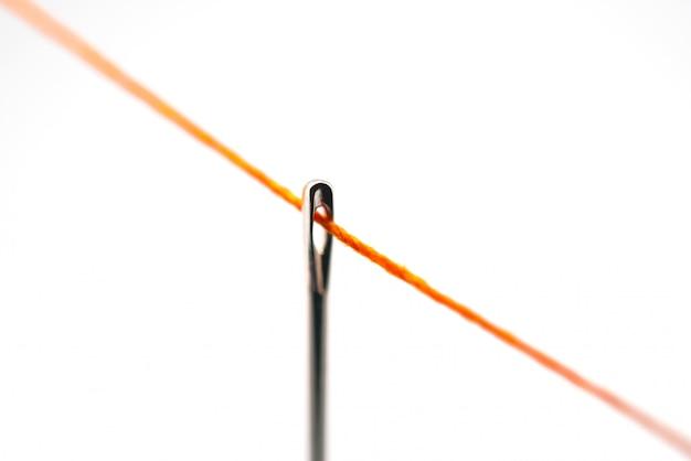 Ago da cucito con filo arancione