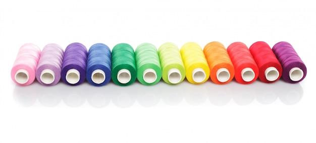 Fili di cucito arcobaleno isolati