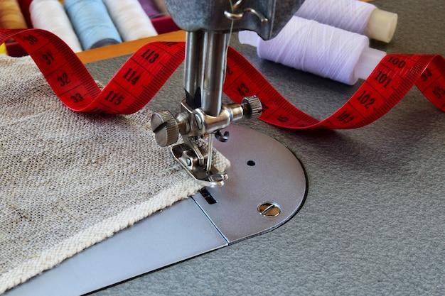 Cucire su una macchina da cucire. alterazione, orlatura, concetto industriale del primo piano di abbigliamento fatto a mano.