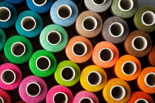 Primo piano multicolore del fondo dei fili di cucito