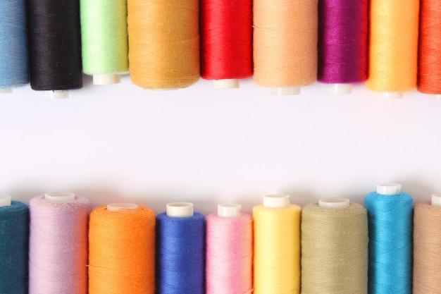 Set di fili per cucire su uno sfondo bianco