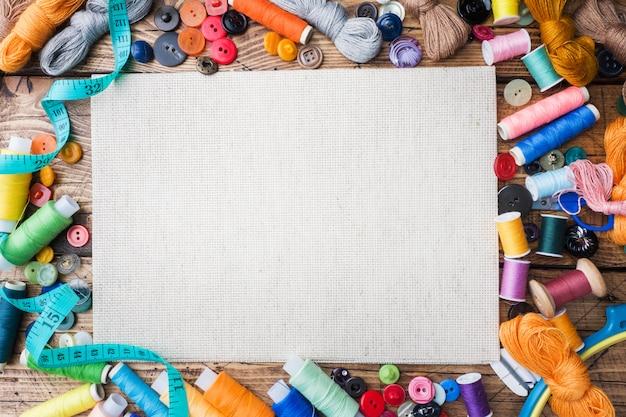 Strumento da cucito per cucito, fili colorati centimetri e butto