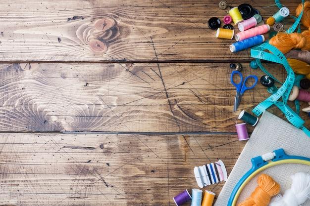 Strumento da cucito per cucito, fili colorati centimetri e bottoni con un paio di forbici