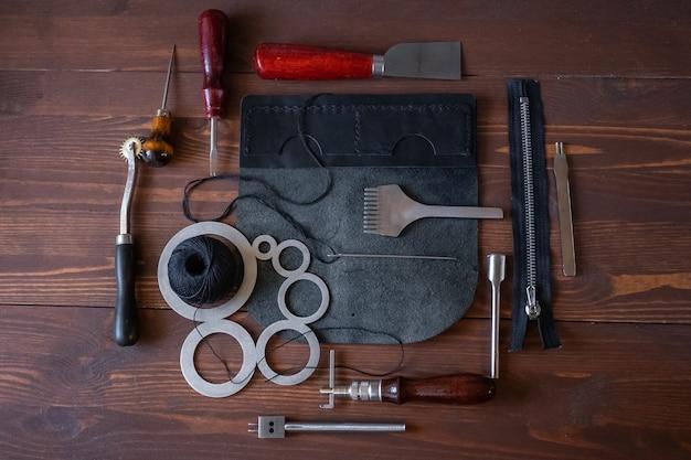 Cucire un portafoglio, una borsa, borse in vera pelle. strumenti per realizzare prodotti in vera pelle.