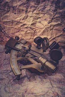 Un sestante è uno strumento di navigazione marina che viene utilizzato per misurare l'angolo tra due oggetti