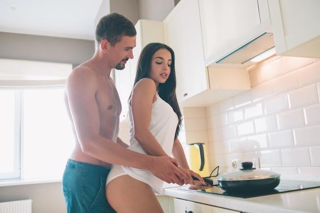 Foto sessuale e sensibilizzare delle coppie che stanno insieme in cucina
