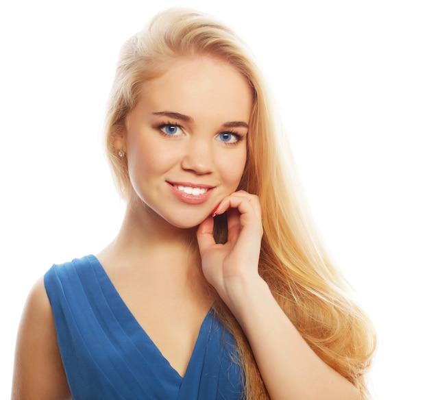 Signora bionda sexy in abito blu, ripresa in studio