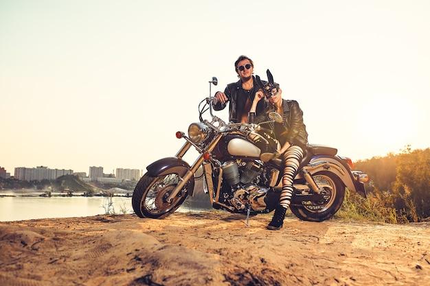 Coppia sexy di motociclisti sulla moto custom vintage, ragazza con una maschera da coniglio