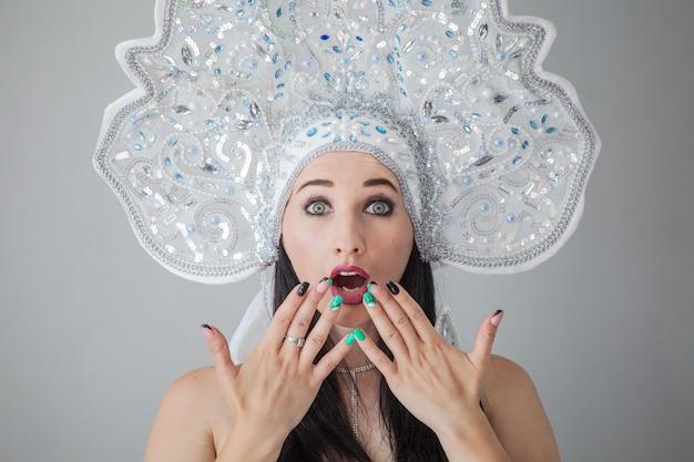 Ragazza sexy nel nuovo anno russo kokoshnik la regina delle nevi