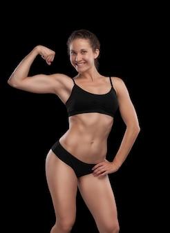 Ragazza sexy con un corpo atletico, isolata sul nero
