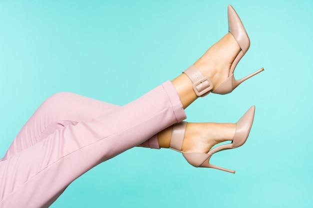 Piedini sexy in scarpe marroni dei tacchi alti