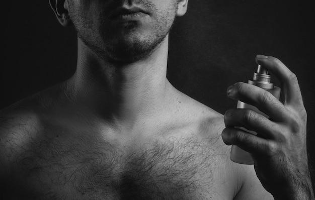 Uomo sexy con profumo