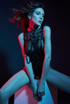 Sexy donna nuda in una cintura di luce al neon. figura perfetta e seno di una donna in mutande