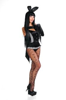 Playgirl sexy in costume da coniglietto su sfondo bianco