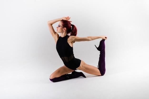 Ballerina sexy pole rossa che mostra il suo bel corpo