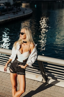 Sexy signora russa nella splendida località turistica della città di dubai emirati nel paese arabo e stile di vita urbano della città. la migliore fotografia in movimento per il concetto di rivista turistica.