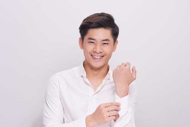 Sexy uomo d'affari sorridente indossa una camicia bianca