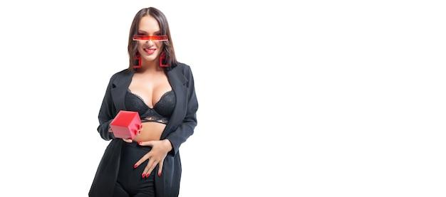 La bruna alta sexy in lingerie tiene un portagioie rosso
