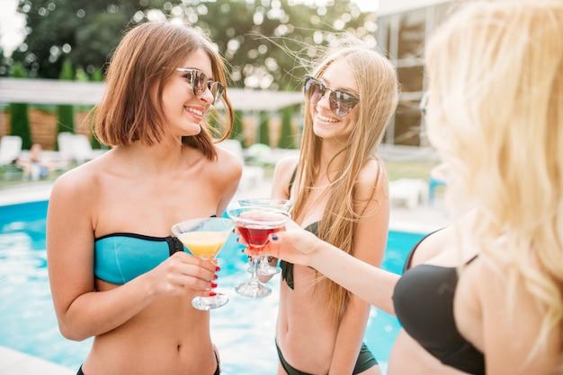 Ragazze abbronzate sexy vicino alla piscina